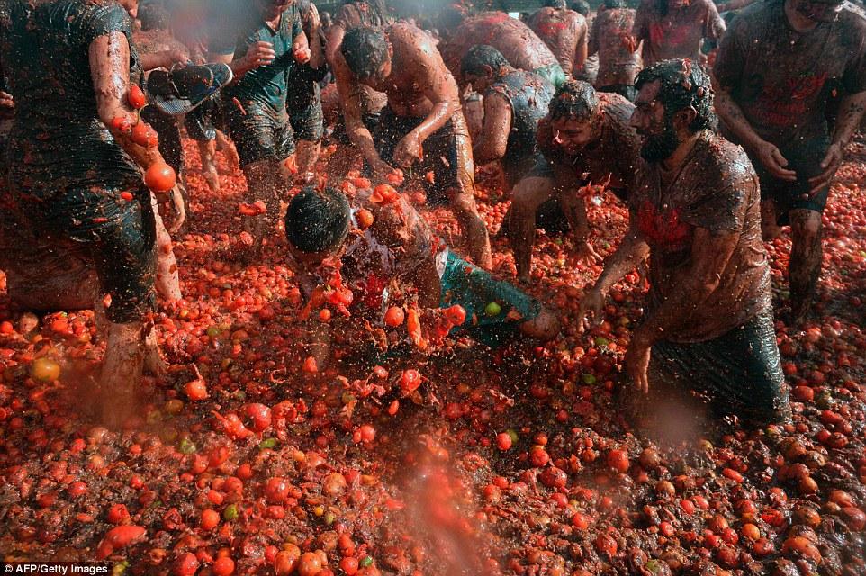 """Choáng ngợp trước màn """"tắm"""" cà chua của 20.000 người trong Festival Tomatin - Ảnh 3"""