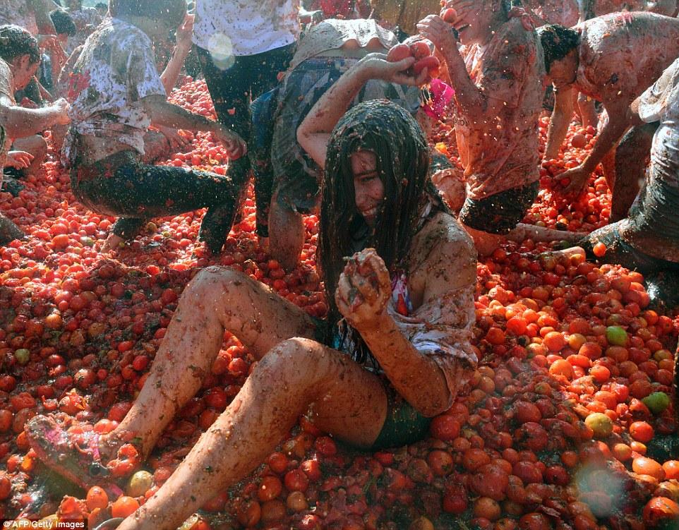 """Choáng ngợp trước màn """"tắm"""" cà chua của 20.000 người trong Festival Tomatin - Ảnh 4"""