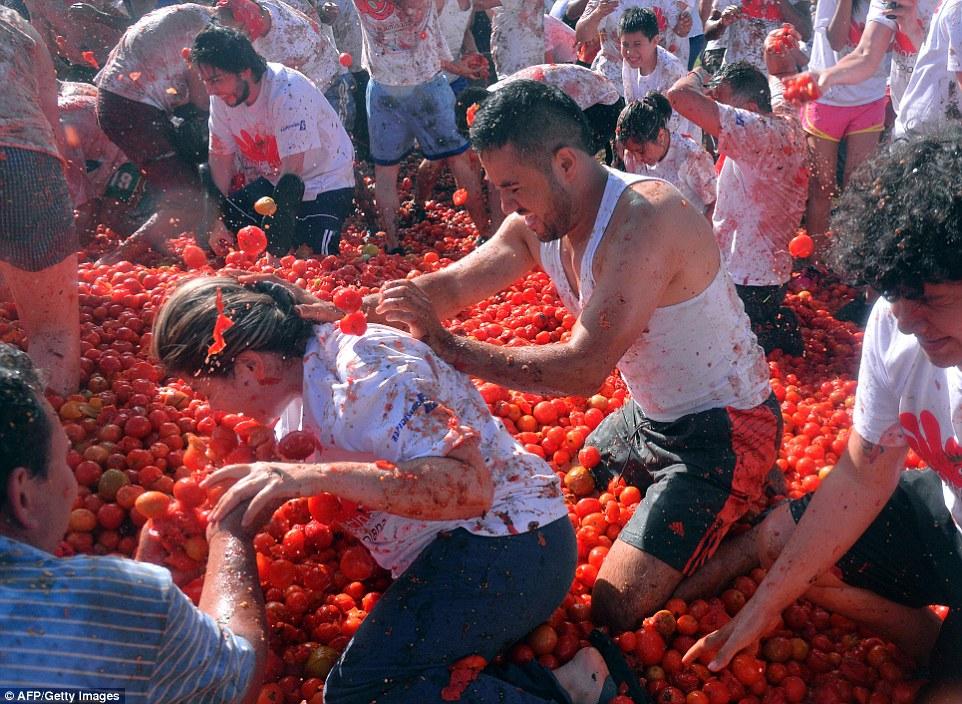 """Choáng ngợp trước màn """"tắm"""" cà chua của 20.000 người trong Festival Tomatin - Ảnh 6"""