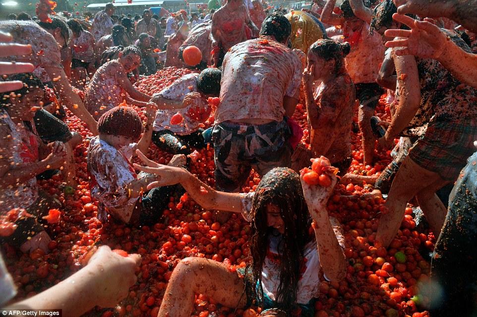 """Choáng ngợp trước màn """"tắm"""" cà chua của 20.000 người trong Festival Tomatin - Ảnh 8"""