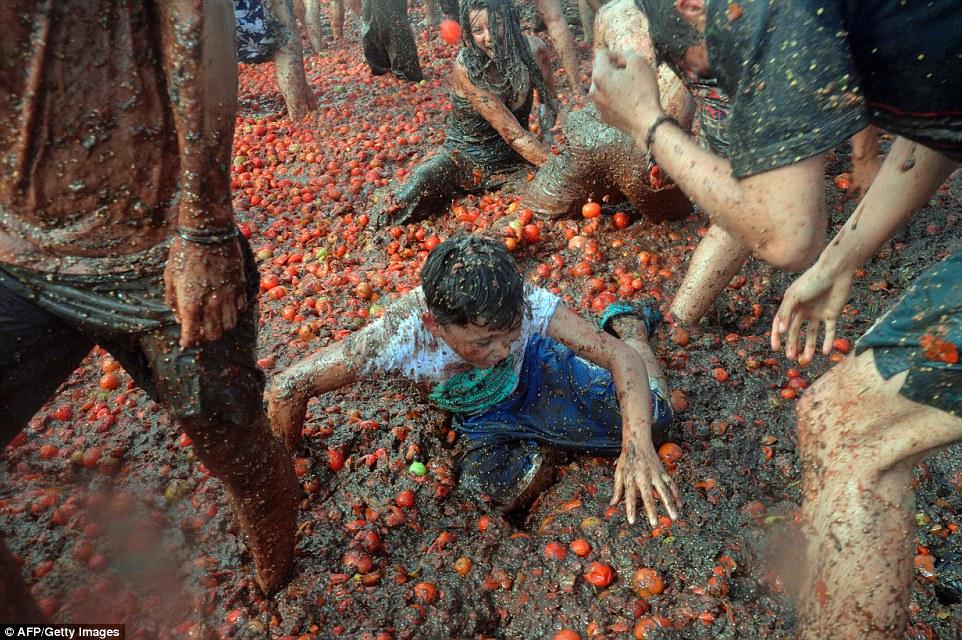 """Choáng ngợp trước màn """"tắm"""" cà chua của 20.000 người trong Festival Tomatin - Ảnh 9"""