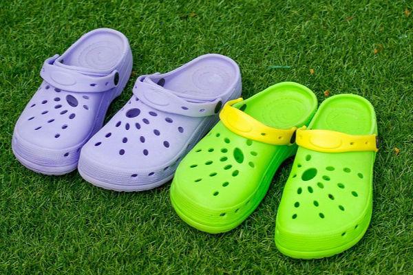 Hàng triệu trẻ em vẫn đi đôi dép này mà không biết nguy hiểm tiềm ẩn - Ảnh 1