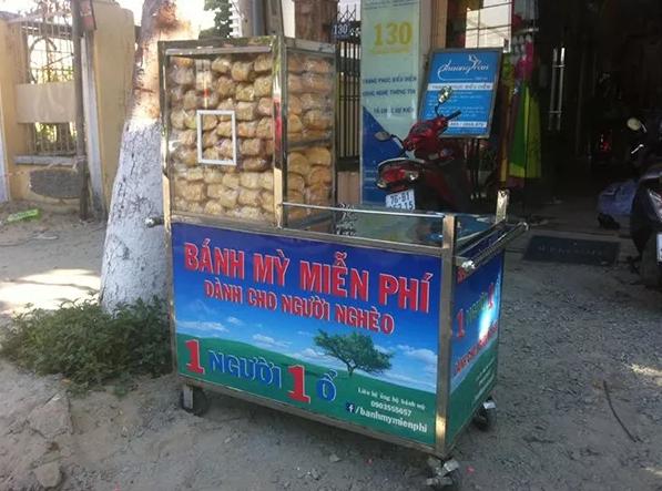 """Thẳng tay vứt hai bánh mì từ thiện vì bị nhắc """"mỗi người chỉ lấy một ổ"""" - Ảnh 4"""