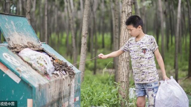 Cảm động cậu bé 12 tuổi đi nhặt rác kiếm tiền chữa ung thư cho mẹ kế - Ảnh 1