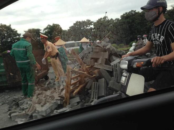 Cảnh sát giao thông Hà Nội dọn đống gạch bị đổ giữa đường - Ảnh 2