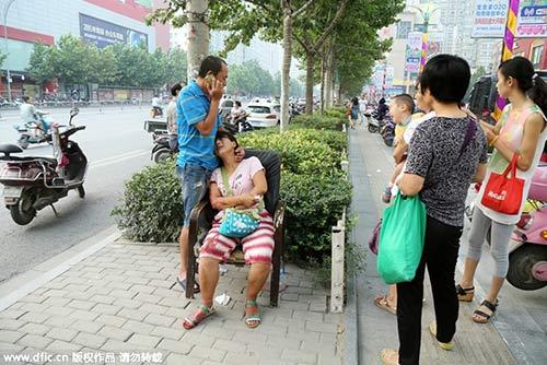 Hai mẹ con suýt chết chỉ vì thói quen ngồi thắt dây giày cho con - Ảnh 3