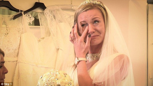 Cô dâu khóc thét vì chú rể thuê ô tô đồ chơi để rước dâu - Ảnh 1