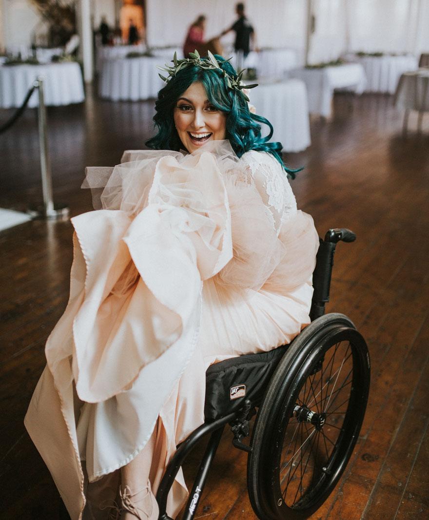 Cô dâu bị liệt quyết tâm tập luyện rồi bất ngờ đi lại trong đám cưới - Ảnh 1