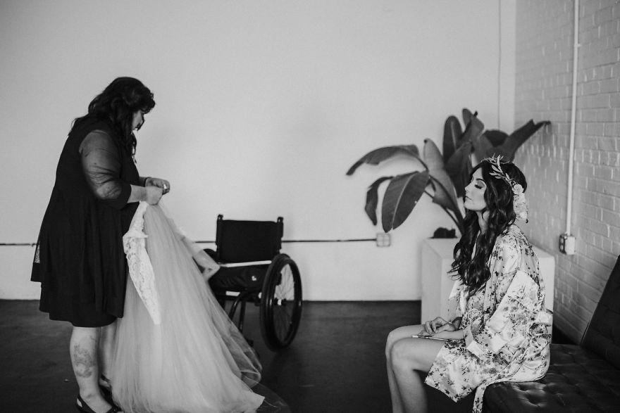 Cô dâu bị liệt quyết tâm tập luyện rồi bất ngờ đi lại trong đám cưới - Ảnh 2