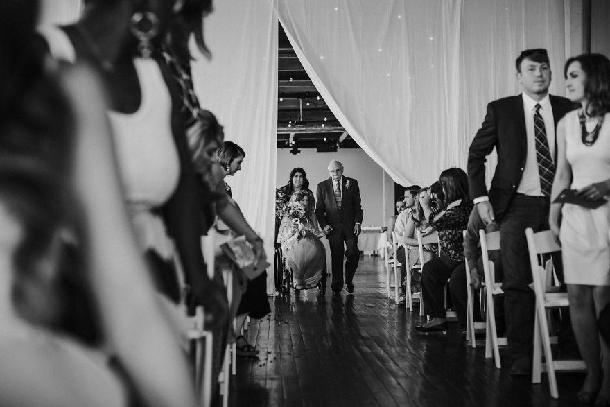 Cô dâu bị liệt quyết tâm tập luyện rồi bất ngờ đi lại trong đám cưới - Ảnh 4