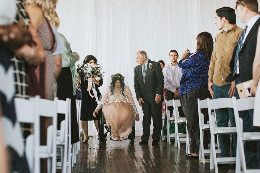 Cô dâu bị liệt quyết tâm tập luyện rồi bất ngờ đi lại trong đám cưới - Ảnh 5
