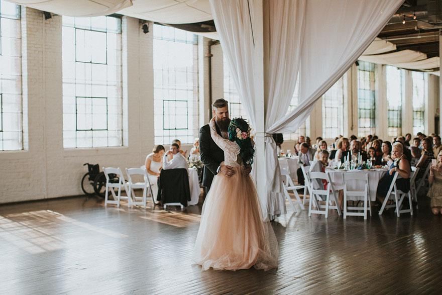 Cô dâu bị liệt quyết tâm tập luyện rồi bất ngờ đi lại trong đám cưới - Ảnh 10