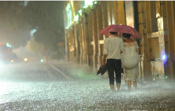 Cặp đôi hoàn cảnh bất chấp mưa bão chụp ảnh cưới trên phố - Ảnh 2