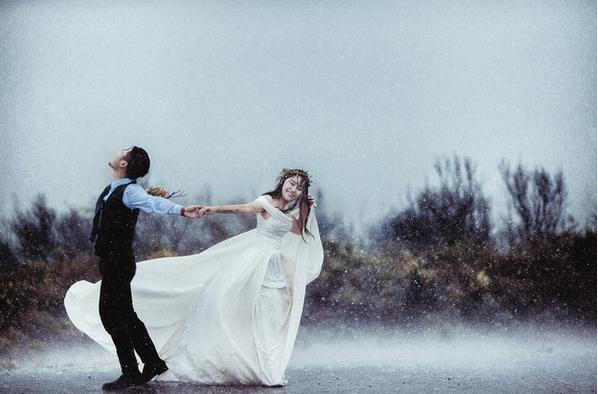 Cặp đôi hoàn cảnh bất chấp mưa bão chụp ảnh cưới trên phố - Ảnh 4