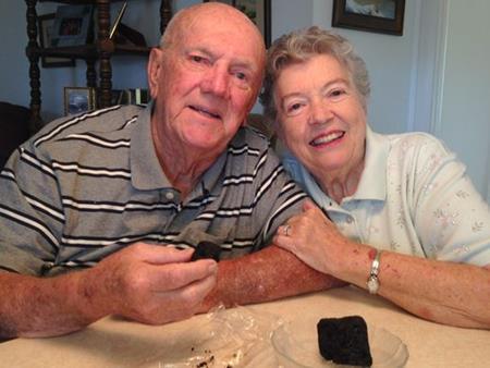 Kỷ niệm ngày cưới bằng việc ăn bánh gìn giữ suốt 60 năm - Ảnh 2