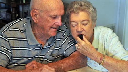 Kỷ niệm ngày cưới bằng việc ăn bánh gìn giữ suốt 60 năm - Ảnh 3