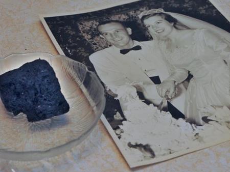 Kỷ niệm ngày cưới bằng việc ăn bánh gìn giữ suốt 60 năm - Ảnh 4