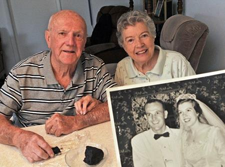 Kỷ niệm ngày cưới bằng việc ăn bánh gìn giữ suốt 60 năm - Ảnh 1