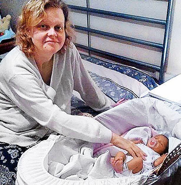 Cô nàng bất ngờ sinh con ngay sau khi bác sĩ thông báo có bầu - Ảnh 1