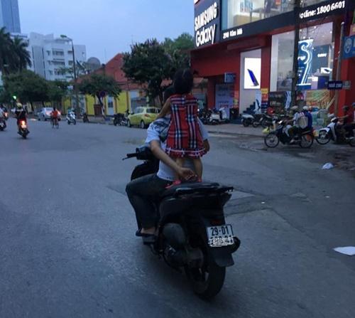 Kinh hoàng vì những kiểu chở con bằng xe máy của các bậc cha mẹ - Ảnh 1