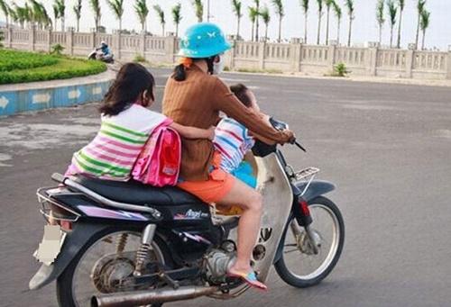 Kinh hoàng vì những kiểu chở con bằng xe máy của các bậc cha mẹ - Ảnh 6