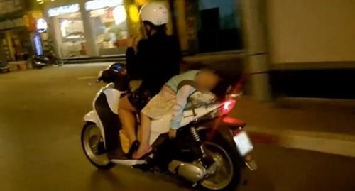 Kinh hoàng vì những kiểu chở con bằng xe máy của các bậc cha mẹ - Ảnh 4