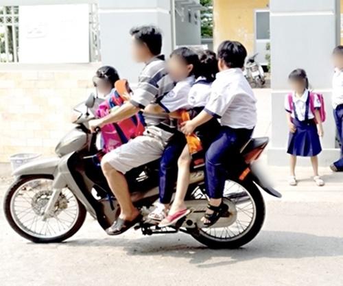 Kinh hoàng vì những kiểu chở con bằng xe máy của các bậc cha mẹ - Ảnh 7