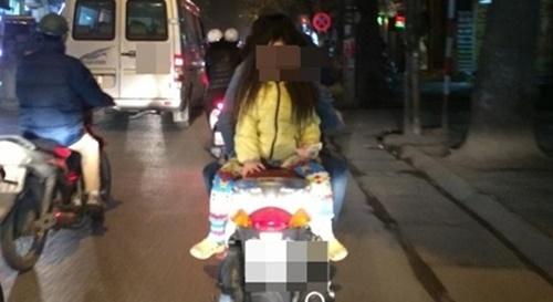 Kinh hoàng vì những kiểu chở con bằng xe máy của các bậc cha mẹ - Ảnh 8