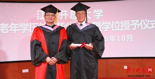 Sinh viên nhiều tuổi nhất Trung Quốc nhận bằng Đại học - Ảnh 1
