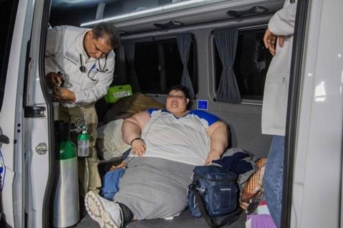 Người đàn ông khổng lồ nhất thế giới lần đầu rời giường sau 6 năm 'dính chặt' - Ảnh 2