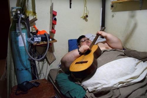 Người đàn ông khổng lồ nhất thế giới lần đầu rời giường sau 6 năm 'dính chặt' - Ảnh 3