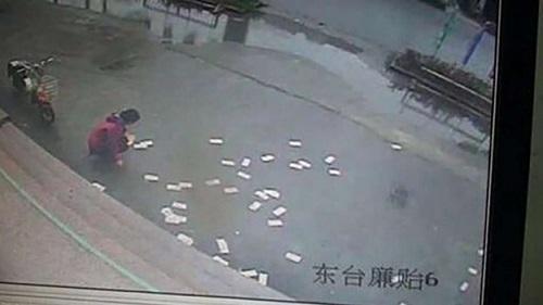 Người đàn ông từ ngân hàng bước ra suýt mất trăm triệu chỉ vì cơn gió mạnh - Ảnh 1