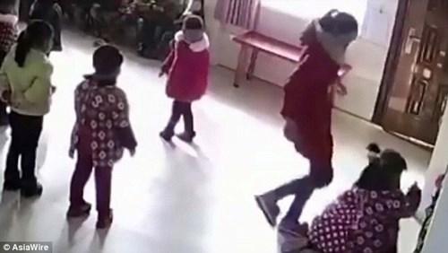 Phẫn nộ với cảnh giáo viên mầm non bạo hành trẻ chỉ vì múa sai điệu - Ảnh 1