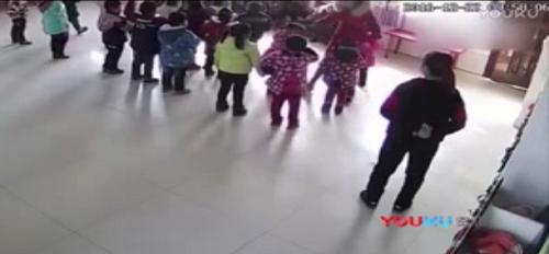 Phẫn nộ với cảnh giáo viên mầm non bạo hành trẻ chỉ vì múa sai điệu - Ảnh 2