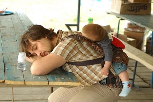 Những hình ảnh ngộ nghĩnh khi các bậc cha mẹ chăm sóc con nhỏ - Ảnh 1