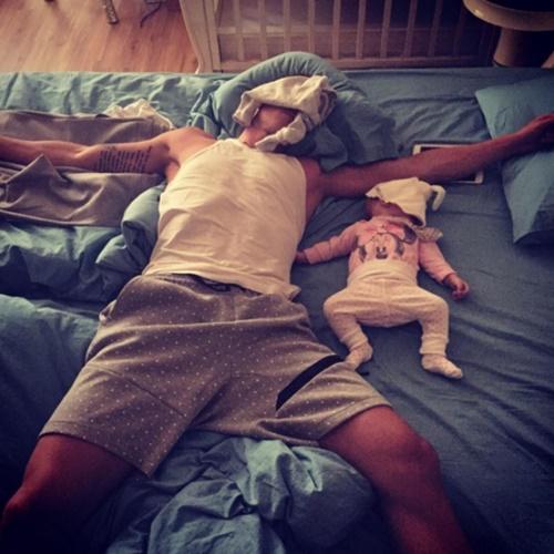 Những hình ảnh ngộ nghĩnh khi các bậc cha mẹ chăm sóc con nhỏ - Ảnh 3