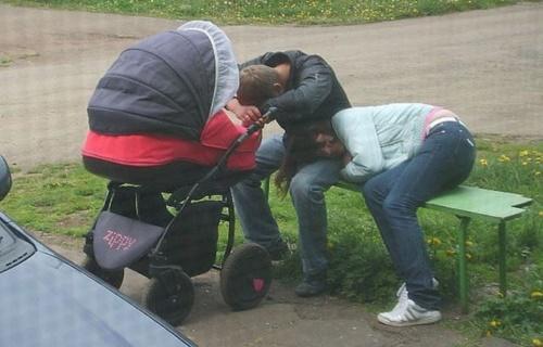Những hình ảnh ngộ nghĩnh khi các bậc cha mẹ chăm sóc con nhỏ - Ảnh 5