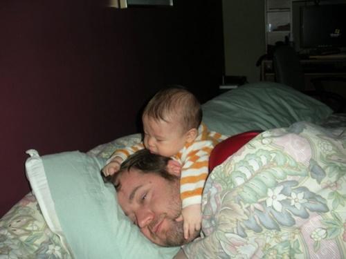 Những hình ảnh ngộ nghĩnh khi các bậc cha mẹ chăm sóc con nhỏ - Ảnh 7