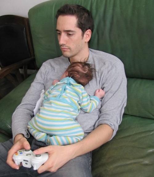 Những hình ảnh ngộ nghĩnh khi các bậc cha mẹ chăm sóc con nhỏ - Ảnh 10