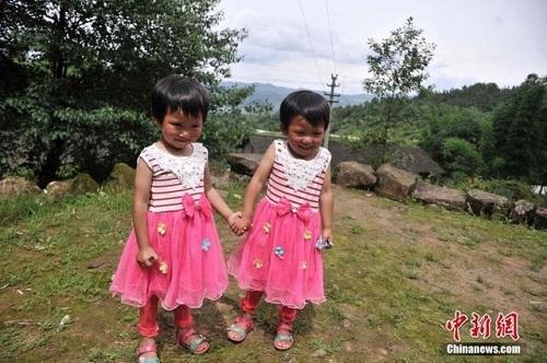 Kì lạ ngôi làng nhỏ có tới 39 cặp sinh đôi - Ảnh 2
