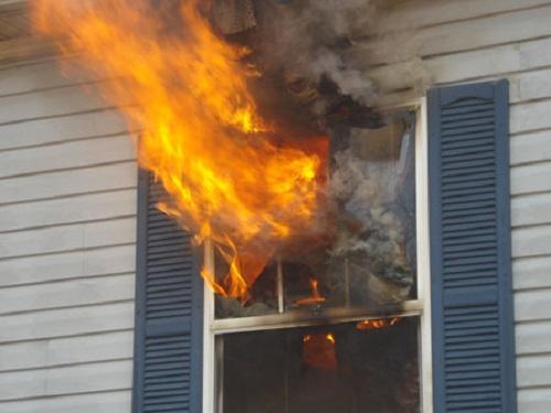 Bị cha 'cấm vận' trong nhà 2 ngày, cô con gái quyết định đốt nhà - Ảnh 1