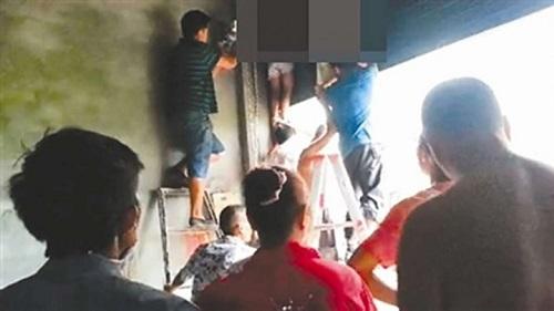 Cảnh báo tai nạn chết người có thể xảy ra cho trẻ nhỏ khi sử dụng cửa cuốn điện  - Ảnh 1