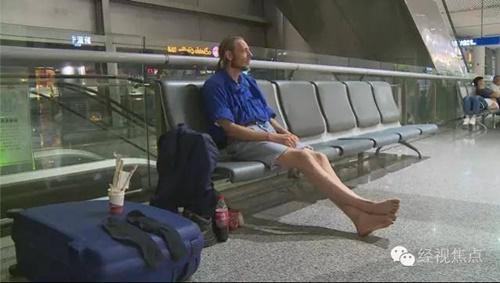 Chàng trai kiệt sức sau 10 ngày chờ đợi bạn gái quen qua mạng ở sân bay - Ảnh 3