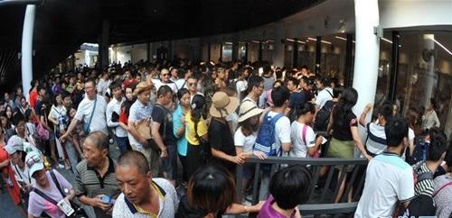 Hàng ngàn du khách nhồi nhét trên cầu đáy kính dài và cao nhất thế giới - Ảnh 11