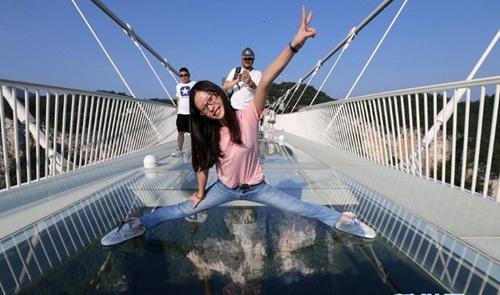 Hàng ngàn du khách nhồi nhét trên cầu đáy kính dài và cao nhất thế giới - Ảnh 12