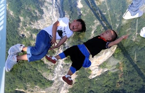 Hàng ngàn du khách nhồi nhét trên cầu đáy kính dài và cao nhất thế giới - Ảnh 14