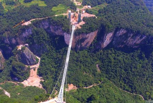 Hàng ngàn du khách nhồi nhét trên cầu đáy kính dài và cao nhất thế giới - Ảnh 2
