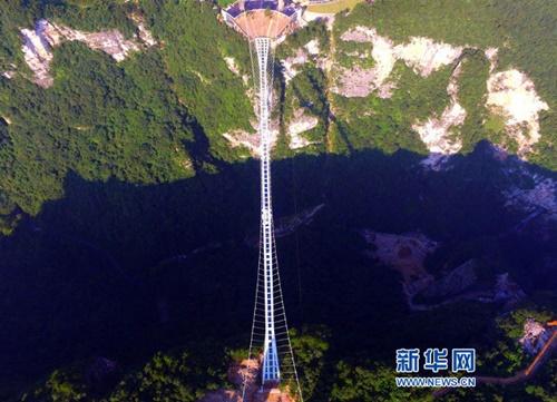 Hàng ngàn du khách nhồi nhét trên cầu đáy kính dài và cao nhất thế giới - Ảnh 3