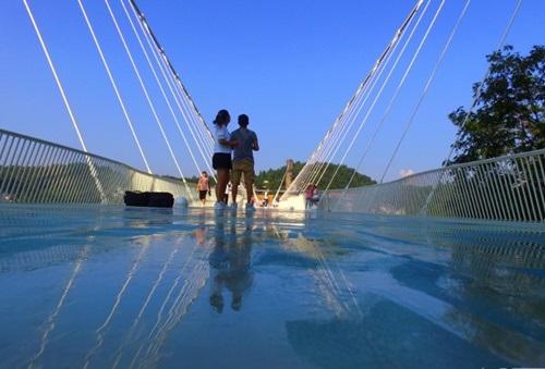 Hàng ngàn du khách nhồi nhét trên cầu đáy kính dài và cao nhất thế giới - Ảnh 4