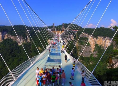 Hàng ngàn du khách nhồi nhét trên cầu đáy kính dài và cao nhất thế giới - Ảnh 5